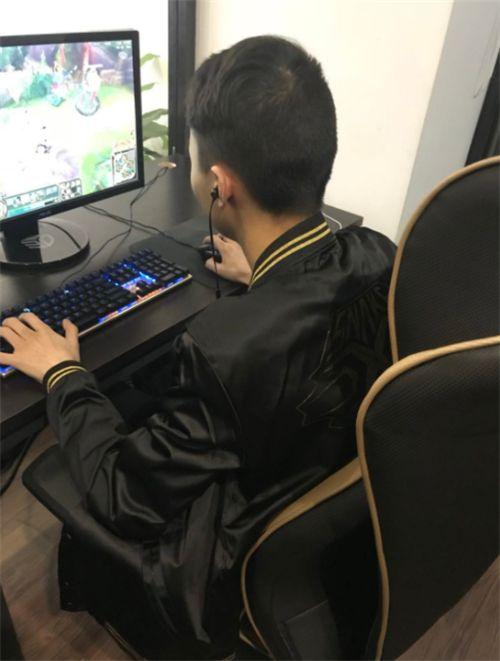 Snake青训选手Light登顶韩服 又一位国产大神ADC